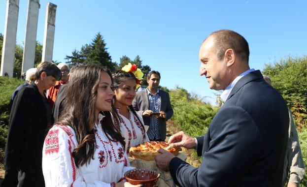 Румен Радев и девойки