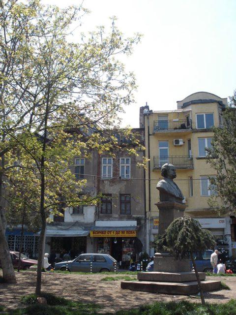 Позор! Мигрантите превърнаха паметника на Георги Кирков в нужник!